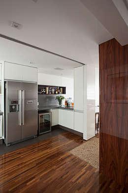 Projeto: Cozinhas clássicas por BJG Decorações de Interiores Ltda