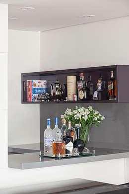 Cavas de estilo clásico por BJG Decorações de Interiores Ltda