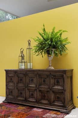 casa Limonero: Pasillos y recibidores de estilo  por MARIANGEL COGHLAN