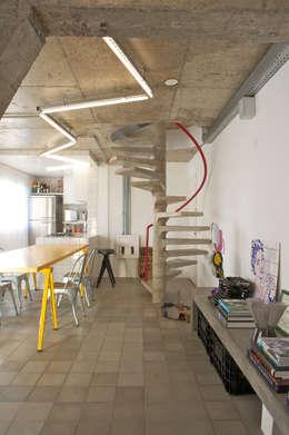 Residência Harmonia: Corredores e halls de entrada  por Mauricio Arruda Design