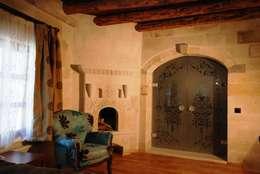 özgarip cam ltd şti – Cam Kapı: modern tarz Oturma Odası