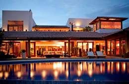 vista de noche: Casas de estilo moderno por Taller Luis Esquinca