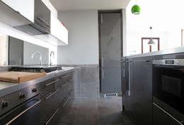Villa Meina: Cucina in stile in stile Moderno di Matteo Verdoia Architetto