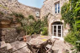 Une maison de village pas comme les autres: Terrasse de style  par Pixcity