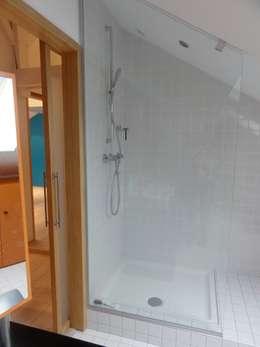 Loft sous combles: Maisons de style de style Minimaliste par Agence d'architecture intérieure Laurence Faure