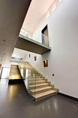 Pasillos y recibidores de estilo  por Excelencia en Diseño
