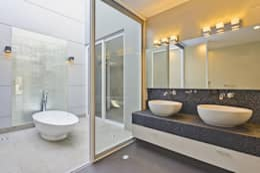 Baños de estilo minimalista por Excelencia en Diseño