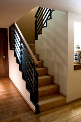 P.H. Bosque de Tejocotes.: Pasillos y recibidores de estilo  por REM Arquitectos