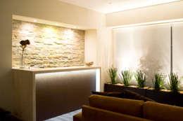 Salas / recibidores de estilo moderno por REM Arquitectos