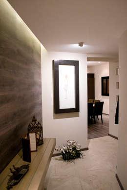 Pasillos y vestíbulos de estilo  por REM Arquitectos