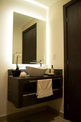 Baños de estilo moderno por REM Arquitectos