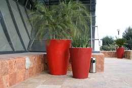 Macetas Vasos Redondos Rojos en Corporativo : Jardín de estilo  por FIBERLAND