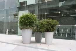 Juego de Macetas Vasos Redondos en tonalidades de Gris: Jardín de estilo  por FIBERLAND