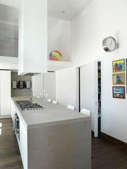 CASA AL GIANICOLO: Cucina in stile in stile Moderno di na3 - studio di architettura