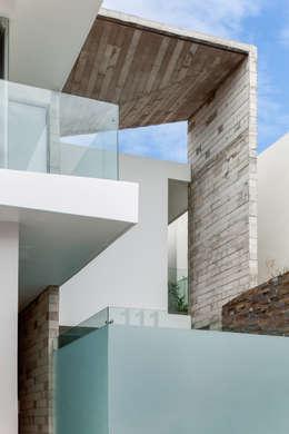 Casa Aedes: Casas de estilo ecléctico por Taller ADC Architecture Office