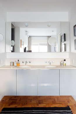 Residência Lorena: Banheiros ecléticos por Mauricio Arruda Design