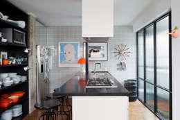 Residência Lorena: Cozinhas ecléticas por Mauricio Arruda Design