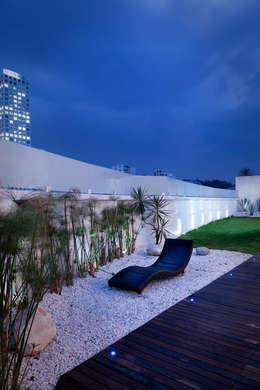 Casa Laureles - Micheas Arquitectos: Balcones y terrazas de estilo moderno por Micheas Arquitectos
