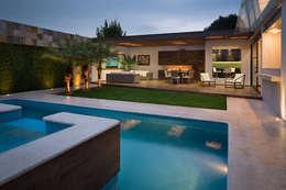 Piscinas de estilo moderno por Micheas Arquitectos