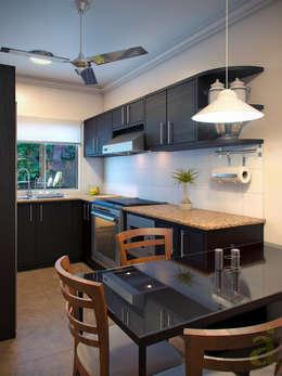 Cocinas de estilo moderno por arQing