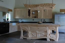 Cucina in stile  di Carved Wood Design Bespoke Kitchens.