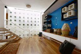 family room:   by Gaurav Roy Choudhury Architects