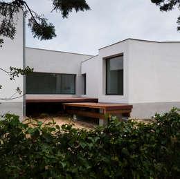 Vue du patio principal: Maisons de style de style Minimaliste par Frédéric Saint-cricq Architecte