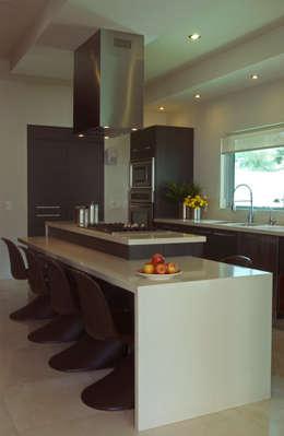 Vista de la cocina: Cocinas de estilo moderno por TaAG Arquitectura
