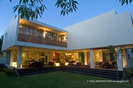 Vista del jardín interior: Casas de estilo moderno por TaAG Arquitectura