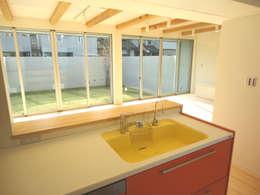 香澄の家 リビングと一体のライトコート オープンエアを満喫できる家: アトリエ24一級建築士事務所が手掛けたキッチンです。