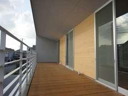 香澄の家 リビングと一体のライトコート オープンエアを満喫できる家: アトリエ24一級建築士事務所が手掛けたベランダです。