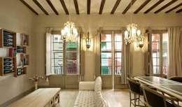 Salle à manger de style de style Moderne par Esigo SRL