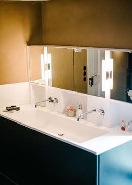 Waschtisch: moderne Badezimmer von raumdeuter GbR