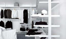 EXTENDO CABINE ARMADIO PERSONAL: Camera da letto in stile in stile Moderno di Extendo