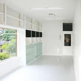 戦前の母屋をリフォーム: ユミラ建築設計室が手掛けたガレージです。