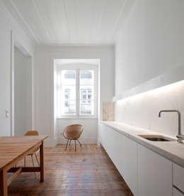 FANQUEIROS: Cozinhas clássicas por José Adrião Arquitectos