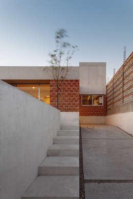 CASA EM: Jardines de estilo minimalista por Ambrosi I Etchegaray