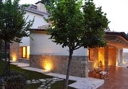 Casa Perlini: Terrazza in stile  di matteo avaltroni