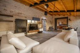 Casa Salina : Soggiorno in stile in stile Rustico di Viviana Pitrolo architetto