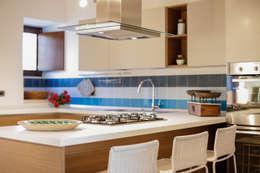 Casa Salina : Cucina in stile In stile Country di Viviana Pitrolo architetto