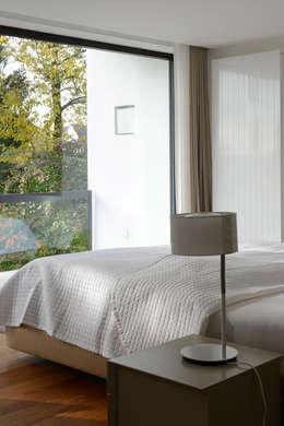 Villa in Freising : moderne Schlafzimmer von Herzog-Architektur
