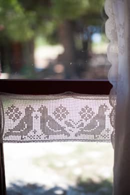 Finestre vestite a nuovo con le tende per casa su misura - Tende all uncinetto per finestre ...