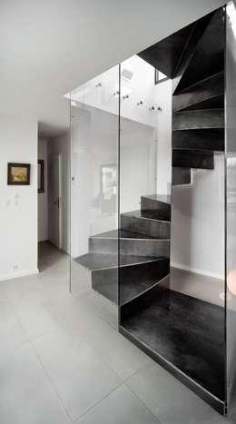 Projekty,  Korytarz, przedpokój i schody zaprojektowane przez Atelier MaDe