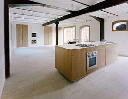 Haus Stein: minimalistische Küche von JAN RÖSLER ARCHITEKTEN