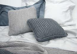 NATURAL TRICOT BY POEMO DESIGN: Camera da letto in stile in stile Moderno di POEMO DESIGN