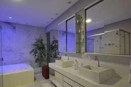 modern Bathroom by Espaço Cypriana Pinheiro