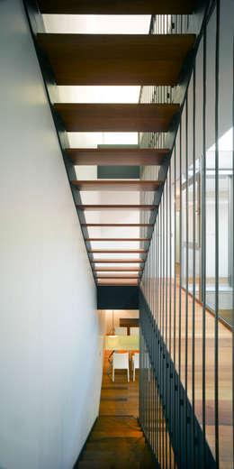 Couloir et hall d'entrée de style  par Rocamora Arquitectura