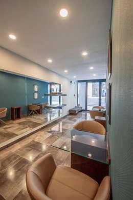 EMMA SUR: Pasillos y recibidores de estilo  por ESTUDIO TANGUMA