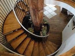 Vestíbulos, pasillos y escaleras de estilo  por Capra Architects
