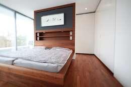 Anwesen in Freising: moderne Schlafzimmer von Herzog-Architektur
